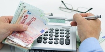 Ist eine Ratenzahlung für die Mietkaution möglich? » Laut Gesetz kann man die Kaution in 3 gleichen Raten an den Vermieter bezahlen. Hat man als Mieter(in) zu wenig Geld, sollte man die Kaution über eine Bank finanzieren.